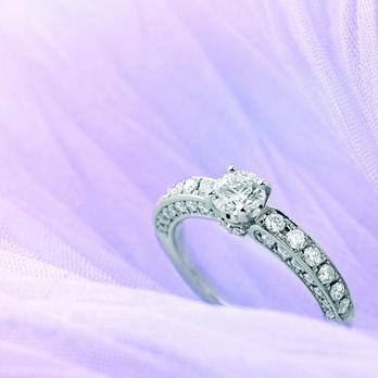 エンゲージリングとは? 婚約指輪の意味を知る