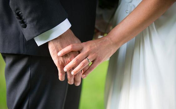 婚約指輪や結婚指輪、どうして左手の薬指にするの?